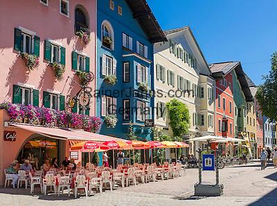 Austria, Tyrol, Kitzbuehel: town centre with cafés, restaurants and partial pedestrian area   Oesterreich, Tirol, Kitzbuehel-Zentrum: Vorderstadt mit Cafès, Restaurants und teilweiser Fussgaengerzone