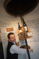 "Europe/Italie/Trentin Haut-Adige/Dolomites/Alta Badia/Corvara : Hotel La Perla-restaurant ""La Stüa de Milchil""  Emmanuel Dellago directeur de salle dans la cave avec son ascenseur manuel à bouteilles"
