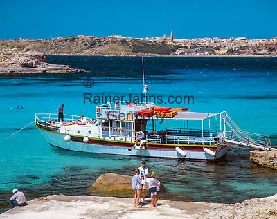 Malta, Insel Comino: mit dem Ausflugsschiff in die vertraeumten Buchten - im Hintergrund die Stadt Mgarr auf Gozo   Malta, Island Comino: excursion boat trips - background city of Mgarr on Gozo Island