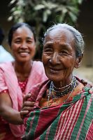 BANGLADESH, Region Madhupur, Garo people, matrilineal society, christian women / BANGLADESCH, Madhupur, Garos sind eine christliche u. ethnische Minderheit , Garo folgen einer matrilinearen Abstammungsregel, Mutter von Frau Monda Nokrek, sie ist erblindet