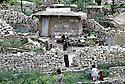 Irak 1992  Dans les ruines d'Halabja, une vieille dame devant sa maison d'une seule piece reconstruite au milieu des gravats  Iraq 1992  Halabja in ruins and a old woman living in rubble around her one room's house