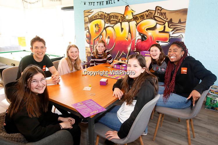 Foto: VidiPhoto<br /> <br /> ARNHEM – De Meidenclub van Youth for Christ in gebouw The Mall van het Leger des Heils in Arnhem. De organisatie is in handen van Eva-Maria van de Geest.