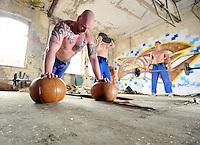 Eine Pressekonferenz der besonderen Art boten die Judokas vom Judoclub Leipzig JCL - in einer alten Fabrikhalle an der Zschocherschen / Markranstädter Straße trainierten sie sehr spartanisch mit Gewichten im Zirkeltraining und kämpften auf der Tatami im morbiden Ambiente - im Bild: Fabian Hubert macht Liegestütze auf Medizinbällen. Foto: aif / Norman Rembarz<br /> <br /> Jegliche kommerzielle wie redaktionelle Nutzung ist honorar- und mehrwertsteuerpflichtig! Persönlichkeitsrechte sind zu wahren. Es wird keine Haftung übernommen bei Verletzung von Rechten Dritter. Autoren-Nennung gem. §13 UrhGes. wird verlangt. Weitergabe an Dritte nur nach  vorheriger Absprache. Online-Nutzung ist separat kostenpflichtig.