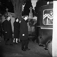 Obsèques de Vincent Auriol,le  3 Janvier 1966,Toulouse, FRANCE<br /> <br /> Vue de la famille qui suit le corbillard <br /> <br /> AURIOL fut President de la France  du 16 JANVIER 1947 qu 16 JANVIER 1954, Ildecede le 1er JANVIER 1966