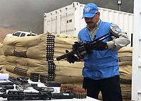 LA ELVIRA -CAUCA -13-JUNIO-2017. Dejacion armas por parte de las Farc.  Inspección minuciosa de uno de los miembros de la ONU sobre las armas que están dejando las Farc en los contenedores de las Naciones Unidas, durante el acto cumplido en la zona veredal de La Elvira, en Buenos Aires, Cauca.<br /> 2017 Foto: ONU