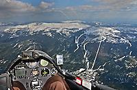 Segelfliegen an der Schneekoppe: EUROPA, POLEN, 05.5.2011: Segelfliegen an der Schneekoppe, Cockpitblick auf die Berge und den Ort Szklarska Poreba