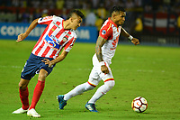 BARRANQUIILLA - COLOMBIA, 29-11-2018:Victor Cantillo  (Izq.) de Junior disputa el balón con Wilson Morelo (Der.) del Santa Fe durante el encuentro entre Atlético Junior de Colombia e Independiente Santa Fe de Colombia por la semifinal, vuelta, de la Copa CONMEBOL Sudamericana 2018 jugado en el estadio Roberto Meléndez de la ciudad de Barranquilla. /Victor Cantillo (L) of Junior struggles for the ball with Wilson Morelo (R) of Santa Fe during a semifinal second leg match between Atletico Junior of Colombia and Independiente Santa Fe of Colombia as a part of Copa CONMEBOL Sudamericana 2018 played at Roberto Melendez stadium in Barranquilla city Atletico Junior de Colombia e Independiente Santa Fe de Colombia en partido por la semifinal, vuelta, de la Copa CONMEBOL Sudamericana 2018 jugado en el estadio Roberto Meléndez de la ciudad de Barranquilla. / Atletico Junior of Colombia and Independiente Santa Fe of Colombia in Semifinal second leg match as a part of Copa CONMEBOL Sudamericana 2018 played at Roberto Melendez stadium in Barranquilla city.  Photo: VizzorImage/ Alfonso Cervantes / Cont