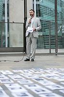 """Am Sonntag den 22. Juli 2018 fand in Berlin auf Initiative der Jugendorganisation """"Falken"""" vor der norwegischen Botschaft ein Gedenken an die Opfer des Massakers von Utoeya und Oslo statt. Der norwegische Rechtsextremist hatte am 22. Juli 2011 in Oslo mit einer Autobombe vor dem Parlament acht Menschen getoetet und anschliessen, als Polizist verkleidet, auf der Insel Utoeya 69 Jugendliche ermordet. Auf Utoeya fand ein Ferienlager der sozialistischen Jugendorganisation """"AUF"""" statt.<br /> Vor der Botschaft wurden Portraits der 77 Opfer ausgelegt.<br /> Im Bild: Ein Vertreter der Botschaft bedankt sich fuer die Anteilnahme.<br /> 22.7.2018, Berlin<br /> Copyright: Christian-Ditsch.de<br /> [Inhaltsveraendernde Manipulation des Fotos nur nach ausdruecklicher Genehmigung des Fotografen. Vereinbarungen ueber Abtretung von Persoenlichkeitsrechten/Model Release der abgebildeten Person/Personen liegen nicht vor. NO MODEL RELEASE! Nur fuer Redaktionelle Zwecke. Don't publish without copyright Christian-Ditsch.de, Veroeffentlichung nur mit Fotografennennung, sowie gegen Honorar, MwSt. und Beleg. Konto: I N G - D i B a, IBAN DE58500105175400192269, BIC INGDDEFFXXX, Kontakt: post@christian-ditsch.de<br /> Bei der Bearbeitung der Dateiinformationen darf die Urheberkennzeichnung in den EXIF- und  IPTC-Daten nicht entfernt werden, diese sind in digitalen Medien nach §95c UrhG rechtlich geschuetzt. Der Urhebervermerk wird gemaess §13 UrhG verlangt.]"""