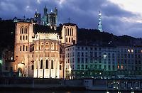 Europe/France/Rhône-Alpes/69/Rhone/Lyon: L'église primatiale Saint-Jean (Gothique) et la basilique Notre-Dame-de-Fourvière (1896 Gothico-byzantine) - vue de nuit