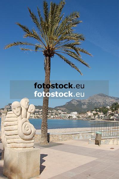 Sculpture and palm tree at the promenade of Repic beach<br /> <br /> Escultura y palmera en el paseo de la Playa Repic<br /> <br /> Skulptur und Palme auf der Promenade am Repic Strand<br /> <br /> 3008 x 2000 px<br /> 150 dpi: 50,94 x 33,87 cm<br /> 300 dpi: 25,47 x 16,93 cm