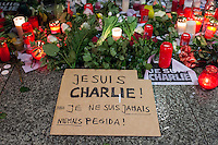 """Trauerbekundungen vor der franzoesischen Botschaft in Berlin anlaesslich der Ermordung von Redakteuren der Satierezeitschrift """"Charlie Hebdo"""" am 7. Januar 2015 in Paris.<br /> Bei einem Anschlag mit vorgeblich religioesen Motiven wurden zehn Mitarbeiter und Redakteure und zwei Polizisten durch Terroristen erschossen. Die Satierezeitschrift Charlie Hebdo war in der Vergangenheit mehrfach Ziel muslimischen Protesten, so wurden nach der Veroeffentlichung der """"Mohamed-Karrikaturen"""" das Redaktionsgebaeude am 2. November 2011 durch einen Brandanschlag zerstoert.<br /> Berlinerinnen und Berliner haben vor der Botschaft Blumen und Schilder mit der Aufschrift """"Je suis Charlie"""" (Ich bin Charlie), niedergelegt.<br /> Im Bild: Trotz stroemendem Regen kamen trauernde Menschen vor die Botschaft und legten Blumen, Kerzen nieder. Einige von ihnen hatten Schilder auf denen sie Solidaritaet mit den Opfern zum Ausdruck barchten und sich ganz klar gegen rechte Organisationen wie Pegida positionierten.<br /> 8.1.2015, Berlin<br /> Copyright: Christian-Ditsch.de<br /> [Inhaltsveraendernde Manipulation des Fotos nur nach ausdruecklicher Genehmigung des Fotografen. Vereinbarungen ueber Abtretung von Persoenlichkeitsrechten/Model Release der abgebildeten Person/Personen liegen nicht vor. NO MODEL RELEASE! Nur fuer Redaktionelle Zwecke. Don't publish without copyright Christian-Ditsch.de, Veroeffentlichung nur mit Fotografennennung, sowie gegen Honorar, MwSt. und Beleg. Konto: I N G - D i B a, IBAN DE58500105175400192269, BIC INGDDEFFXXX, Kontakt: post@christian-ditsch.de<br /> Bei der Bearbeitung der Dateiinformationen darf die Urheberkennzeichnung in den EXIF- und  IPTC-Daten nicht entfernt werden, diese sind in digitalen Medien nach §95c UrhG rechtlich geschuetzt. Der Urhebervermerk wird gemaess §13 UrhG verlangt.]"""