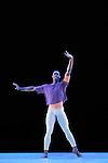 SOLO....Choregraphie : VAN MANEN Hans..Compositeur : BACH Johann Sebastian..Compagnie : Alvin Ailey American Dance Theater..Lumiere : CABOORT Joop..Costumes : DEKKER Keso..Avec :..ROBERTS Jamar..Le : 14 07 2009..© Laurent PAILLIER / www.photosdedanse.com