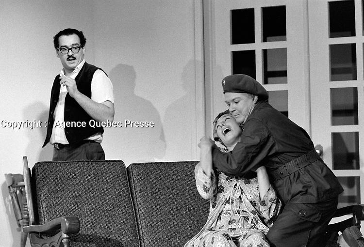 """La Piece de theatre """"Octobre en famille"""" de Rene Massicotte<br /> le 13 septembre 1971<br /> <br /> Photo : Photo Moderne - © Agence Quebec Presse<br /> <br />  Les comediens sont Annette Leclerc, Jean-Guy Gagnon, Jean-Pierre Matte, Marie-Hélène Gagnon, Marie Tifo, Michel Daigle et Raymond Bouchard"""