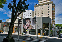 Comércio de grife na Rua Oscar Freire. São Paulo. 2006. Foto de Juca Martins.