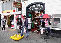 Nederland - Amsterdam -  2018. Het Damrak met een soevenirwinkel een hotel een City Sightseeing kantoor en een geldautomaat. .  Foto Berlinda van Dam / Hollandse Hoogte