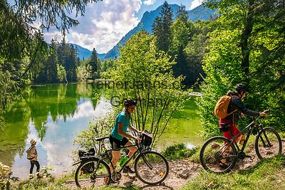 Deutschland, Bayern, Chiemgau, bei Ruhpolding: Wandern und Radfahren um den Taubensee, dahinter die Chiemgauer Alpen   Germany, Bavaria, Chiemgau, near Ruhpolding: hiking and biking around lake Taubensee and Chiemgau Alps at background