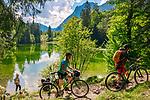 Deutschland, Bayern, Chiemgau, bei Ruhpolding: Wandern und Radfahren um den Taubensee, dahinter die Chiemgauer Alpen | Germany, Bavaria, Chiemgau, near Ruhpolding: hiking and biking around lake Taubensee and Chiemgau Alps at background