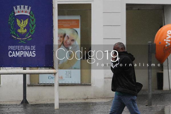 """Campinas (SP), 18/08/2020 - Covid-19-SP - Pedestres sem máscaras no centro de Campinas de Campinas, interior de São Paulo, nesta terça-feira (18). O prefeito de Campinas, Jonas Donizette (PSB), anunciou a aplicação de multa de R$ 100 para quem não estiver usando máscara de proteção contra o novo coronavírus em ambientes públicos. A medida vem sendo postergada pela Prefeitura pelo menos há dois meses, período em que foi adotada uma """"multa moral"""", com orientação nas ruas. O decreto regulamentando a medida fou publicado nesta terça-feira (18), passando a valer na quarta-feira (19)."""