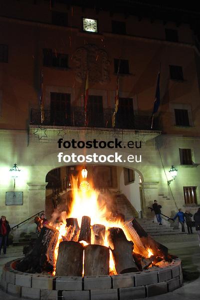 Bonfire of Saint Antony's night at the main square in front of the town hall of Sóller<br /> <br /> Fuego de San Antonio Abad (cat.: Sant Antoni Abat) en la Plaza de la Constitución delante del Ayuntamiento de Sóller<br /> <br /> Sankt Antonius Feuer auf dem Hauptplatz von Soller vor dem Rathaus <br /> <br /> 3008 x 2000 px<br /> 150 dpi: 50,94 x 33,87 cm<br /> 300 dpi: 25,47 x 16,93 cm