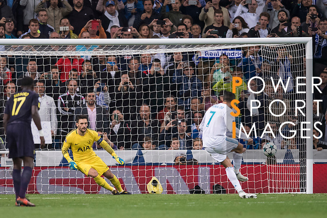 Cristiano Ronaldo of Real Madrid (R) shoot to goal from penalty kick during the UEFA Champions League 2017-18 match between Real Madrid and Tottenham Hotspur FC at Estadio Santiago Bernabeu on 17 October 2017 in Madrid, Spain. Photo by Diego Gonzalez / Power Sport Images
