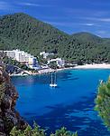 Spanien, Balearen, Ibiza (Eivissa): Segelboote in der Bucht Cala Llonga an der Ostkueste | Spain, Balearic Islands, Ibiza (Eivissa): Sailing boats at Cala Llonga bay