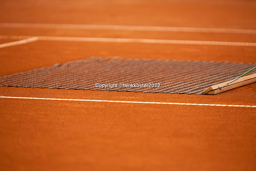 10-07-12, Netherlands, Den Haag, Tennis, ITS, HealthCity Open,  Claycourt managemant, sweeping the clay to egalize it.