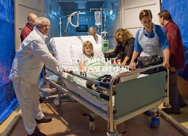 Zutphen, 101002<br /> Vandaag werden tientallen patienten van het oude Gerle naar het nieuwe Gelre ziekenhuis verhuisd. Met een vrachtwagen werden ze vervoerd. Zo ook de 13 jarige Niels Regelink uit Leuvenheim. Gisteren is hij opgenomen met een accute blindendarmontsteking. Vandaag gaat hij onder het mes. Hij is daarmee de eerste patient die in het nieuwe ziekenhuis geopereerd wordt. Spannend vindt hij de verhuizing niet, wel leuk. Maar hij is zenuwachtiger voor de operatie. Op de foto wordt hij uitgeladen in het nieuwe ziekenhuis<br /> <br /> Foto: Sjef Prins - APA Foto