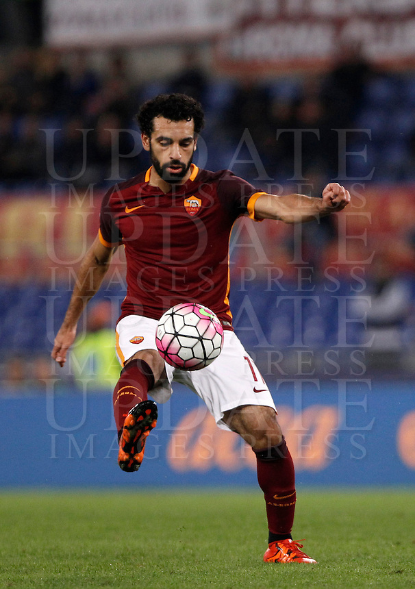 Calcio, Serie A: Roma vs Empoli. Roma, stadio Olimpico, 17 ottobre 2017.<br /> Roma's Mohamed Salah in action during the Italian Serie A football match between Roma and Empoli at Rome's Olympic stadium, 17 October 2015.<br /> UPDATE IMAGES PRESS/Isabella Bonotto