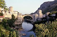 """Mostar, lo Stari Most (""""Il Vecchio Ponte"""") che attraversa il fiume Narenta e collega la parte cristiana e quella musulmana della città --- Mostar, the Stari Most (""""Old Bridge"""") crosses the river Neretva and connects the Christian and Muslim part of the city"""