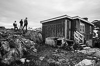 El poblado Inuit de Nagtivit fue abandonado por sus habitantes y las viviendas, colegio e iglesia permanecen como si aún permanecieran allí.  La expedición de Greenpeace en el Artico muestra las evidencias del cambio climático en las proximidades del casquete Polar artico, en Groenlandia. Alejandro Sanz acompaña a la expedición. 19 Julio 2013. © Greenpeace/Pedro ARMESTRE