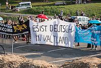 """Nach den pogromartigen Ausschreitungen gegen eine Fluechtlinsunterkunft im saechschen Heidenau am Freitag den 21. August 2015 durch Anwohnerinnen der Ortschaft, kamen am Samstag de 22. August 2015 ca. 250 Menschen in die Ortschaft um ihre Solidaritaet mit den Gefluechteten zu zeigen.<br /> Am Vorabend hatten Rassisten, Nazis und Hooligans sich zum Teil Strassenschlachten mit der Polizei geliefert um zu verhindern, dass Fluechtlinge in einen umgebauten Baumarkt einziehen. Ueber 30 Polizisten wurden dabei verletzt.<br /> Bis in die Abendstunden des 22. August blieb es trotz spuerbarer Anspannung um die Unterkunft ruhig. Im Laufe des Tages wurden immer wieder Gefluechtete mit Reisebussen gebracht was von den wartenenden Heidenauern mit Buh-Rufen begleitet wurde. Vereinzelt wurde auch """"Sieg Heil"""" gerufen, was die Polizei jedoch nicht verfolgte.<br /> Kurz vor 23 Uhr griffen Nazis und Hooligans dann wie am Vorabend die Polizei mit Steinen, Flaschen, Feuerwerkskoerpern und Baustellenmaterial an. Die Polizei mussten mehrfach den Rueckzug antreten, scheuchte den Mob dann von der Fluechtlingsunterkunft weg. Dabei wurden auch wieder Traenengasgranaten verschossen. Mindestens ein Nazi wurde festgenommen.<br /> Im Bild: Die antirassistische Kundgebung.<br /> 22.8.2015, Heidenau<br /> Copyright: Christian-Ditsch.de<br /> [Inhaltsveraendernde Manipulation des Fotos nur nach ausdruecklicher Genehmigung des Fotografen. Vereinbarungen ueber Abtretung von Persoenlichkeitsrechten/Model Release der abgebildeten Person/Personen liegen nicht vor. NO MODEL RELEASE! Nur fuer Redaktionelle Zwecke. Don't publish without copyright Christian-Ditsch.de, Veroeffentlichung nur mit Fotografennennung, sowie gegen Honorar, MwSt. und Beleg. Konto: I N G - D i B a, IBAN DE58500105175400192269, BIC INGDDEFFXXX, Kontakt: post@christian-ditsch.de<br /> Bei der Bearbeitung der Dateiinformationen darf die Urheberkennzeichnung in den EXIF- und IPTC-Daten nicht entfernt werden, diese sind in digitalen Medien"""