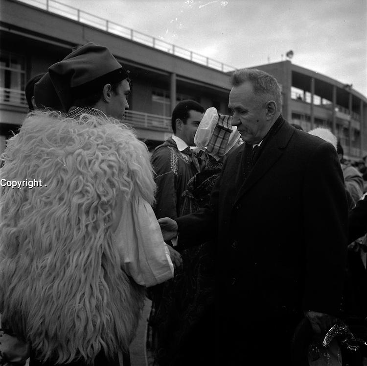 Le 5 Novembre 1966. Vue d'Alexis Kossyguine qui salue sur le tarmac de l'aéroport Toulouse-Blagnac.