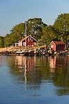 Sweden, Blekinge laen, Tjurkoe island, near Karlskrona: Traditional red Swedish summer house | Schweden, Blekinge laen, bei Karlskrona: traditionelles schwedisches Sommerhaus auf der Insel Tjurkoe