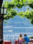 Italien, Lombardei, Comer See, Bellagio: Paar im Cafe | Italy, Lombardia, Lake Como, Bellagio: couple at cafe