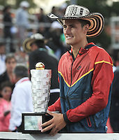 BOGOTA – COLOMBIA – 20-07-2014: Bernard Tomic de Australia, muestra el trofeo como campeon del Open Claro Colombia de tenis ATP 250, que se realiza en las canchas del Centro de Alto Rendimiento en Altura en la ciudad de Bogota.  / Bernard Tomic of Australia, shows the trophy as champion of the Open ATP 250 tennis Colombia, held on the courts of the at Centro de Alto Rendimiento en Altura in Bogota City. Photo: VizzorImage / Luis Ramirez / Staff.