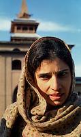 Srinagar / Kashmir / India.Kashmiri muslim woman photographed in the courtyard of Jamia Masjid in Srinagar..Photo Livio Senigalliesi.