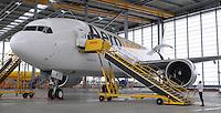 Pressekonferenz und Eröffnungszeremonie der Zusammenarbeit von DHL und Lufthansa Cargo als AeroLogic - Luftfracht Air Cargo Post - mit 8 Boeing 777 (B777F) wird begonnen -  im Bild: Die erste Boeing 777 F im DHL Hangar . Foto: Norman Rembarz..