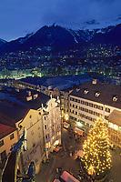 Europe/Autriche/Tyrol/Innsbruck: Vue de nuit sur Friedrich Strasse et le marché de Noël