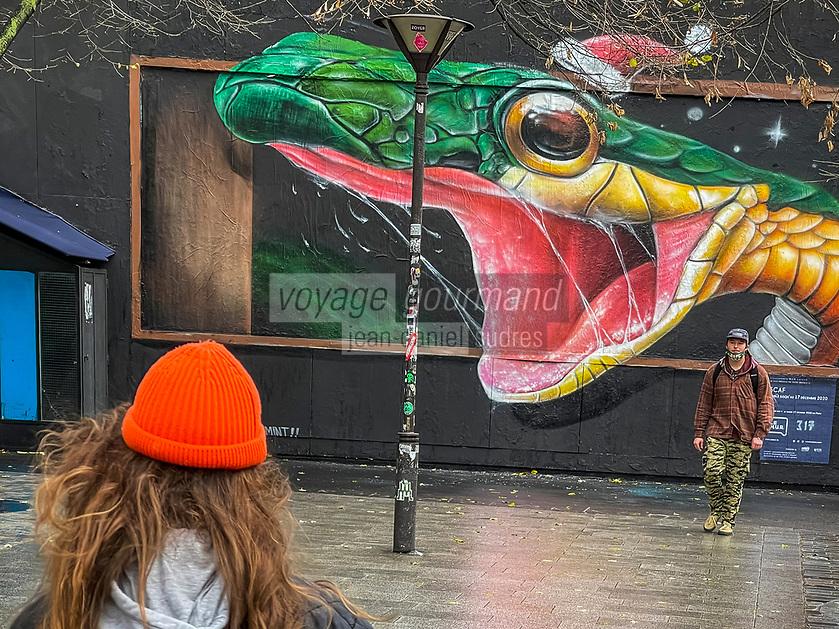 Europe /ile de France /Paris /75011:  Performance d'art urbain de Scaf Le Mur Oberkampf- Ce pari fou devenu une institution du street art parisien  sur l'immeuble de l'historique Café Charbon, L'association le M.U.R. (modulable, urbain, réactif)  Oeuvre Protégée  - Serpent  à Noël  et Covid  ?  - OP  Oeuvre protégée //   Europe / ile de France / Paris / 75011: Urban art performance by Scaf Le Mur Oberkampf- This crazy bet has become a Parisian street art institution on the building of the historic Café Charbon, the M.U.R. (modular, urban, reactive) Protected Work - Snake at Christmas and Covid?  OP Protected work