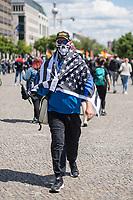 """Die der Gruppierung """"Patriotic Opposition Europe"""" des italienischen Rechtsextremisten Eric Graziani Gruenwald veranstaltete am Samstag den 6. Juni 2020 auf dem Pariser Platz in Berlin-Mitte eine Kundgebung um fuer """"Grundrechte"""" zu demonstrieren. Es wurden Reden gehalten, die zum Widerstand gegen die Bundesregierung und Angela Merkel aufriefen und in denen die Covid 19-Pandemie und die Massnahmen zur Eindaemmung der Pandemie als Verschwoerung gegen die Bevoelkerung bezeichnet wurden und die Bevoelkerung mit Zwangsimpfungen, der 5G-Mobilfunktechnik sowie durch Bill Gates unterdrueckt werden soll. <br /> Es kamen ca. 60 Menschen aus verschiedenen Bundeslaendern.<br /> Im Bild: Ein Kundgebungsteilnehmer mit einem Basecap mit der Aufschrift """"Make America Great Again"""" und einer umgehaengten Fahne der rechten US-Polizistenorganisation """"Blue Lives Matter"""". Die Organisation wurde von rechten und rassistischen Polizisten in der USA als Gegenorganisation zur afroamerikanischen """"Black Lives Matter""""-Bewegung gegruendet.<br /> 6.6.2020, Berlin<br /> Copyright: Christian-Ditsch.de<br /> [NUR FUER REDAKTIONELLE ZWECKE! Werbung nur auf Anfrage beim Fotografen. Inhaltsveraendernde Manipulation des Fotos nur nach ausdruecklicher Genehmigung des Fotografen. Vereinbarungen ueber Abtretung von Persoenlichkeitsrechten/Model Release der abgebildeten Person/Personen liegen nicht vor. NO MODEL RELEASE! Don't publish without copyright Christian-Ditsch.de, Veroeffentlichung nur mit Fotografennennung, sowie gegen Honorar, MwSt. und Beleg. Konto: I N G - D i B a, IBAN DE58500105175400192269, BIC INGDDEFFXXX, Kontakt: post@christian-ditsch.de<br /> Bei der Bearbeitung der Dateiinformationen darf die Urheberkennzeichnung in den EXIF- und  IPTC-Daten nicht entfernt werden, diese sind in digitalen Medien nach §95c UrhG rechtlich geschuetzt. Der Urhebervermerk wird gemaess §13 UrhG verlangt.]"""