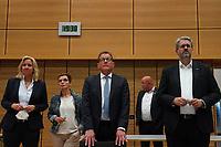 Stefan Sauer (CDU) beobachtet die Stimmauszählung im Georg-Büchner-Saal mit der hessischen Fraktionsvorsitzenden Ines Claus und Staatssekretär Patrick Burghardt - Gross-Gerau 26.09.2021: Ergebnisse Bundestagswahl im Kreistag