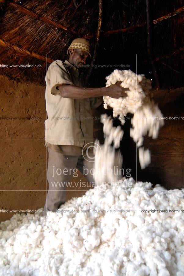 """Afrika Mali Helvetas Biobaumwolle Projekt - Speicher zur Lagerung der Baumwolle von Biofarmer Sibiri Koulibali 52 Jahre alt 1,5 ha cotton , von Kooperative Bougouni   .Western Africa Mali - organic cotton farming .  [ copyright (c) Joerg Boethling / agenda , Veroeffentlichung nur gegen Honorar und Belegexemplar an / publication only with royalties and copy to:  agenda PG   Rothestr. 66   Germany D-22765 Hamburg   ph. ++49 40 391 907 14   e-mail: boethling@agenda-fototext.de   www.agenda-fototext.de   Bank: Hamburger Sparkasse  BLZ 200 505 50  Kto. 1281 120 178   IBAN: DE96 2005 0550 1281 1201 78   BIC: """"HASPDEHH"""" ,  WEITERE MOTIVE ZU DIESEM THEMA SIND VORHANDEN!! MORE PICTURES ON THIS SUBJECT AVAILABLE!!  ] [#0,26,121#]"""