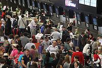 FOTO EMBARGADA PARA VEICULOS INTERNACIONAIS. GUARULHOS, SP, 14-11-2012, MOVIMENTACAO AEROPORTO DE CUMBICA. Movimentacao no Aeroporto Internacional de Cumbica, na saida do paulistano para o feriado prolongado da Procl. da Republica. E esperado um aumento de passageiros para o inicio da noite. Luiz Guarnieri/ Brazil Photo Press