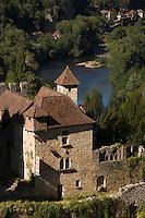 Europe/France/Midi-Pyrénées/46/Lot/Saint-Cirq-Lapopie: les maisons du village et la vallée du Lot - Les Plus Beaux Villages de France