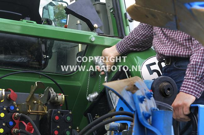 alpen (dld) 291001 lbs-bus achter op fendt-tractor<br />foto frans ypma APA-foto<br />44lt3/4iso-bus