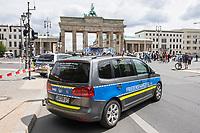 """Etwa 200 Menschen versammelten sich am Samstag den 30. Mai 2020 in Berlin vor dem Brandenburger Tor zu einer Kundgebung um gegen die US-Airbase Rammstein zu protestieren. Von Rammstein aus werden US-Drohnenangriffe im Mittleren Osten, Afrika und Asien durchgefuehrt.<br /> Die Teilnehmer protestierten allerdings auch gegen die angebliche Einfuehrung von Zwangsimpfungen im Zuge der Covid-19 Pandemie, gegen die (mittlerweile aufgehobenen) Einschraenkungen im oeffentlichen Leben zur Eindaemmung der Covid-19 Pandemie. Redner erklaerten mit Verschwoerungsreden, die Corona-Pandemie sei """"ein grosser Plan der Rauten-Koenigin (gemeint ist Bundeskanzlerin Angela Merkel"""".<br /> Im Bild: Mehrere Veranstalungsteilnhemer sind mit Autos im Polizeistil angereist, auf denen """"Friedensfahrzeug"""" steht. <br /> 30.5.2020, Berlin<br /> Copyright: Christian-Ditsch.de<br /> [NUR FUER REDAKTIONELLE ZWECKE! Werbung nur auf Anfrage beim Fotografen. Inhaltsveraendernde Manipulation des Fotos nur nach ausdruecklicher Genehmigung des Fotografen. Vereinbarungen ueber Abtretung von Persoenlichkeitsrechten/Model Release der abgebildeten Person/Personen liegen nicht vor. NO MODEL RELEASE! Don't publish without copyright Christian-Ditsch.de, Veroeffentlichung nur mit Fotografennennung, sowie gegen Honorar, MwSt. und Beleg. Konto: I N G - D i B a, IBAN DE58500105175400192269, BIC INGDDEFFXXX, Kontakt: post@christian-ditsch.de<br /> Bei der Bearbeitung der Dateiinformationen darf die Urheberkennzeichnung in den EXIF- und  IPTC-Daten nicht entfernt werden, diese sind in digitalen Medien nach §95c UrhG rechtlich geschuetzt. Der Urhebervermerk wird gemaess §13 UrhG verlangt.]"""