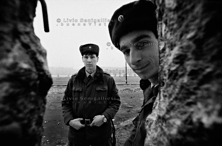 BERLINO EST / DDR / GERMANIA EST / 20 NOVEMBRE 1989.VOPOS CONTROLLANO LA 'TERRA DI NESSUNO' TRA I DUE MURI NEI PRESSI DELLA POTSDAMER PLATZ..FOTO LIVIO SENIGALLIESI..EAST BERLIN / DDR / EAST GERMANY / 20 NOVEMBER 1989.VOPOS, DDR BORDER SOLDIER, PATROLLING THE 'NO MAN'S LAND' BETWEEN THE TWO WALLS IN THE AREA NEAR POTSDAMER PLATZ..PHOTO LIVIO SENIGALLIESI