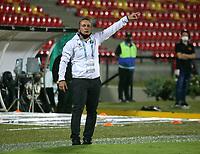BUCARAMANGA - COLOMBIA, 07-11-2020: Guillermo Sanguinetti, tecnico de Atletico Bucaramanga, durante partido entre Atletico Bucaramanga y Jaguares de Cordoba F. C., de la fecha 18 por la Liga BetPlay DIMAYOR 2020, jugado en el estadio Alfonso Lopez de la ciudad de Bucaramanga. / Guillermo Sanguinetti, coach of Atletico Bucaramanga, during a match between Atletico Bucaramanga and Jaguares de Cordoba F. C., of the 18th date for the BetPlay DIMAYOR League 2020 at the Alfonso Lopez stadium in Bucaramanga city. / Photo: VizzorImage / Jaime Moreno / Cont.