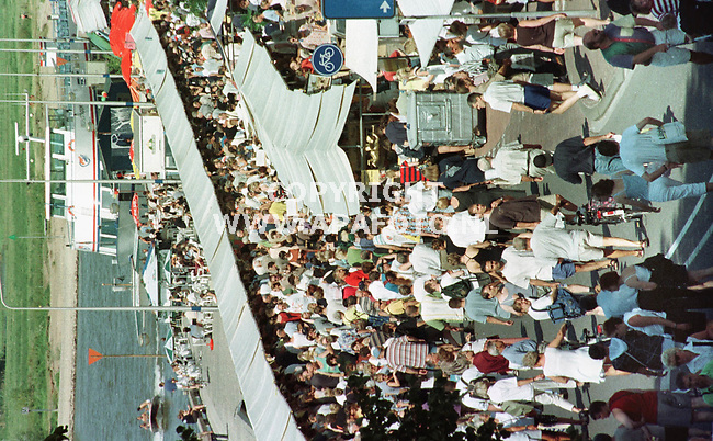 Deventer,01-08-99  Foto:Koos Groenewold (APA)<br />Ondanks,of misschien wel dankzij het mooie weer,was de belangstelling voor de grootse boekenmarkt van Europa groot.Hier lopen honderden mensen langs de kramen die langs de IJsselkade stonden.