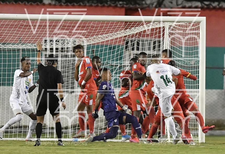 TULUA - COLOMBIA, 01-03-2020: Dennis Mena (#14) del Leones dispara para anotar el primer gol de su equipo durante partido por la fecha 5 de la Torneo BetPlay DIMAYOR I 2020 entre Cortuluá y Leones F.C. jugado en el estadio Doce de Octubre de la ciudad de Tuluá. / Dennis Mena (#14) of Leones kicks the ball to score the first goal of his team during match for the for the date 5 as part of BetPlay DIMAYOR Tournament I 2020 between Cortulua and Leones F.C. played at Doce de Octubre stadium in Tulua city. Photo: VizzorImage / Gabriel Aponte / Staff